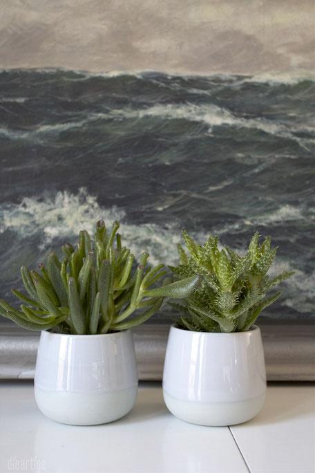 dieartigeBLOG - Grünpflanzen im Schlafzimmer | Zwei kleine Sukkulenten in hellgrauen Übertöpfchen