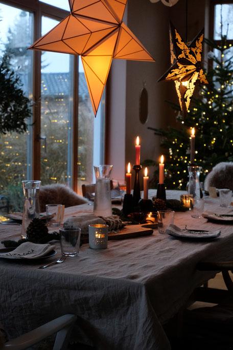 dieartigeBLOG // Esszimmer + Wohnzimmer im Dezember, Weihnachtsbaum 2019,  gedeckter Tisch, Leinentischdecke, Kaffeetafel, Kerzen, Sterne
