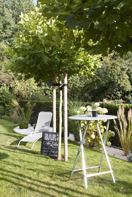 dieartigeBLOG - Gartenparty mit Stehtisch, Liegestuhl, chalkboard