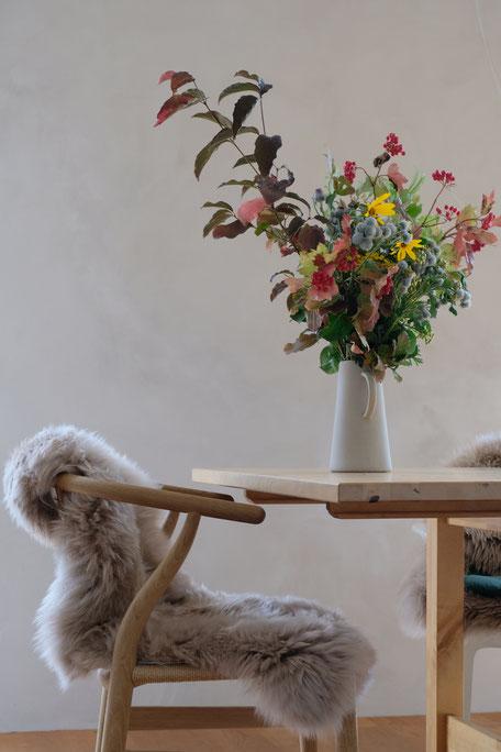 ieartige // Design Studio - BLOG - #Wohnzimmer, das graue Sofa mit Kissen in Samtgrün, Blassem Terrakotta bzw. Roseton und Petrol