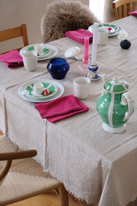 dieartigeBLOG // Oster-Frühlings-Tischdekoration | Weiß mit Grün - Vintage-Porzellan, Pinke Stoffservietten, Blaue Akzente