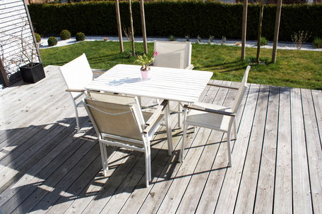 dieartigeBLOG - Terrassendiele Sibirische Lärche, weiße Gartenmöbel, Edelsplitt weiß