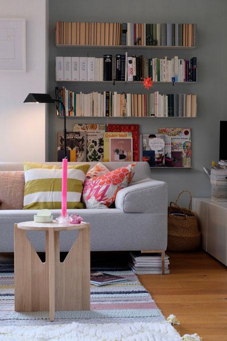 dieartigeBLOG // Wohnzimmer, Sofaecke in Neon & Bunt - Sofa Freistil, Beistelltisch Kristina Dam Studio, Bücherregal Teebooks