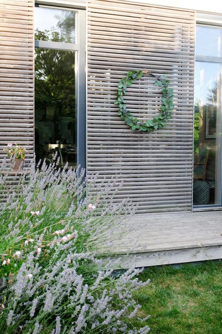 ieartige // Design Studio - BLOG - #Kranz aus #Eukalyptus, #Lavendel + #Distel, #DIY #Sommer #Sommerdekoration #Garten #Schiebeläden