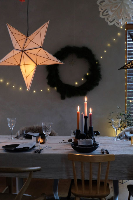 dieartigeBLOG // Wohnzimmer im Dezember, Weihnachtsessen auf Probe, Weihnachtsdeko, Esstisch, Sterne, gedeckter Tisch