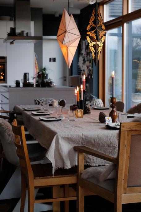 dieartigeBLOG // Esszimmer und Küche im Dezember, gedeckter Tisch, Leinentischdecke, Kaffeetafel, Kerzen, Sterne, Küchenblock