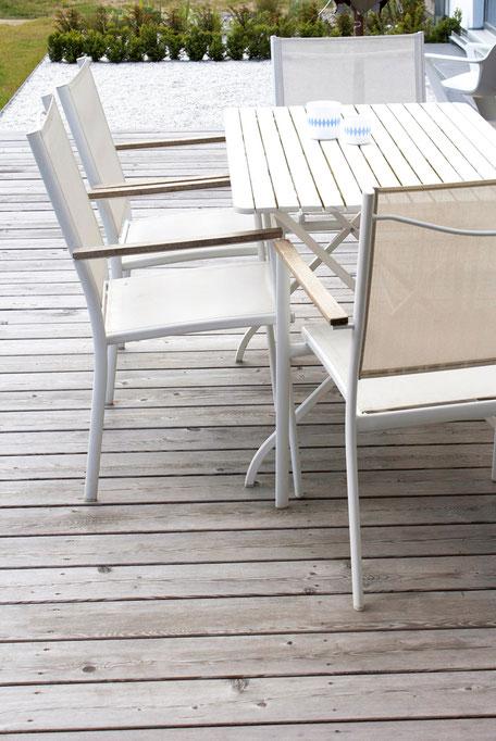 dieartigeBLOG, Lärchenholz Terrasse, weiße Sommermöbel