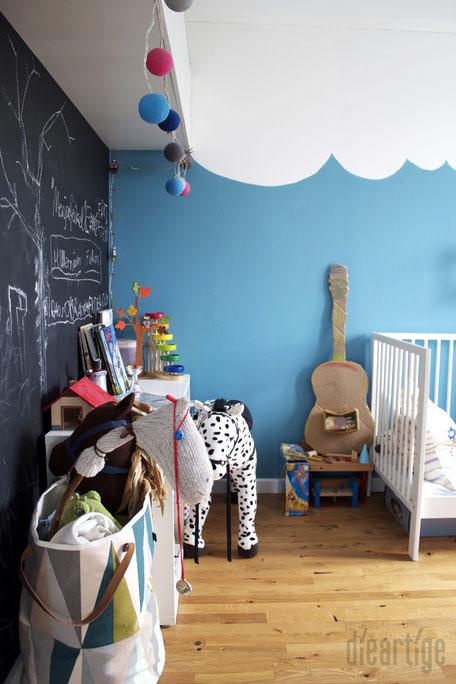dieartigeBLOG - Jungszimmer mit Tafelwand und blauen Wellen/ Wolken an der Wand