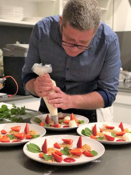Tristan Pontoizeau en action déclinaison de fraises, Chef à domicile, chef à la maison, chef à domicile Grasse, Cours de cuisine à domicile, cours de cuisine Grasse, Chef Tristan Pontoizeau