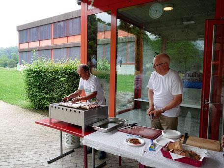 Männer am Grill bei der 40 Jahr Feier