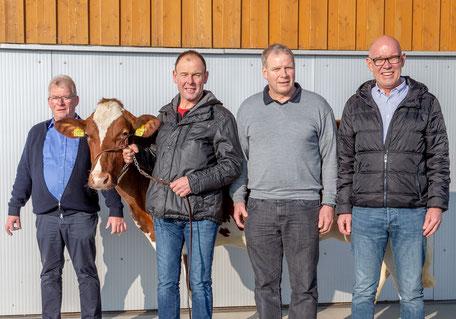 v.l. Züchter Walter Arnold mit Rind Arlette und den Spendern Ruedi, Hanspeter und Dieter Krähenbühl