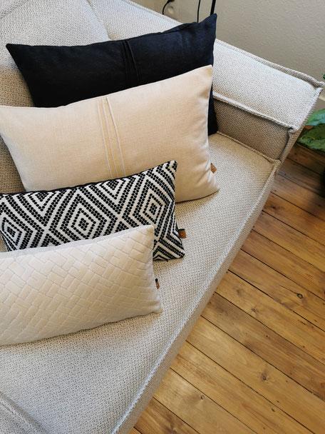 coussin made in Belgium motif ethnique noir et blanc