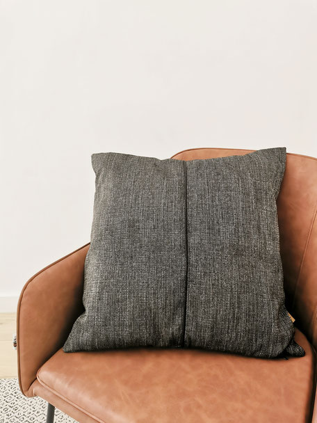 coussin made in Belgium beige et noir chiné fauteuil cognac