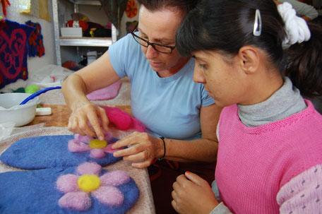Farbige Wolle ist beliebt genauso wie das Werken mit Wolle.