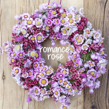 Türkranz mit rose Pfefferbeeren und hellrosanen Rhodantheblüten