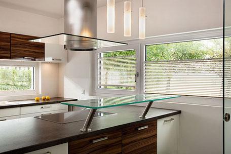 Eine Küche, am Küchenfenster wurde eine Horizontal-Jalousie angebracht