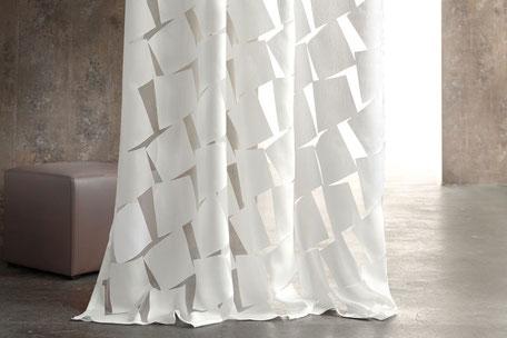 Eine weiße Gardine mit transparenten Aussparungen