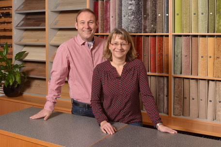 Melanie und Tobias Roser vor diversen Teppich- und Bodenustern