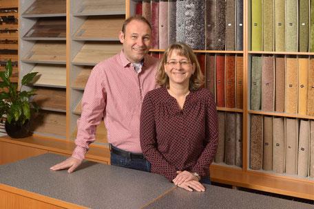 Melanie und Tobias Roser vor einer Sammlung von Teppich- und Bodenmustern