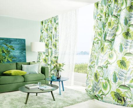 Grüne Vorhänge mit Blattmuster mit einer weißen Gardine in der Mitte