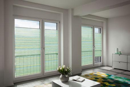 Große Fenster mit grünen Jalousien zum Sonnen- und Sichtschutz