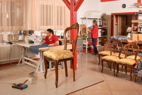 Die Polsterei, im Vordergrund steht ein bepolsterter Stuhl