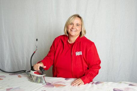 Janine Laible bügelt Gardinenstoff
