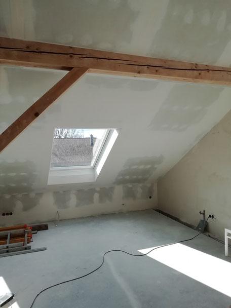 Dachschräge mit Trockenbauplatten beplankt und gespachteltDachschräge mit Trockenbau beplankt und gespachtelt