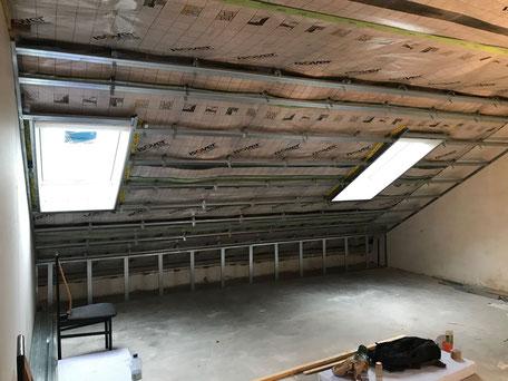 Dampfbremse und Metallunterkonstruktion eines Dachstuhls