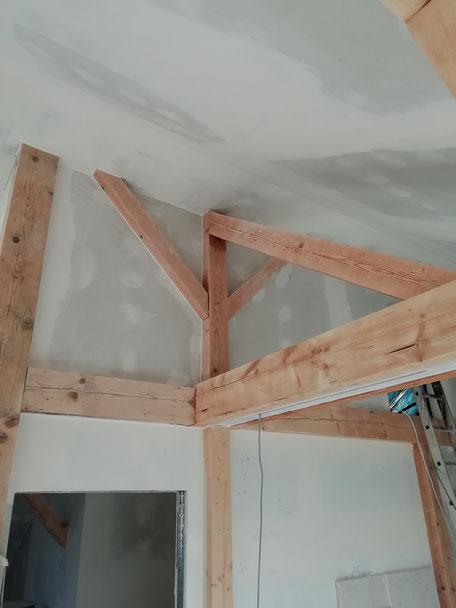 Trockenbauverkleidung mit sichtbarem Altholzdachstuhl