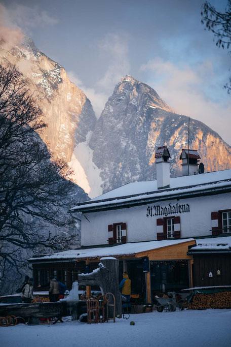 die schönsten Naturrodelbahnen in Tirol: Rodelbahn Sankt Magdalena, Halltal  #rodelbahn #tirol #alpen #karwendel #mountainhideaways