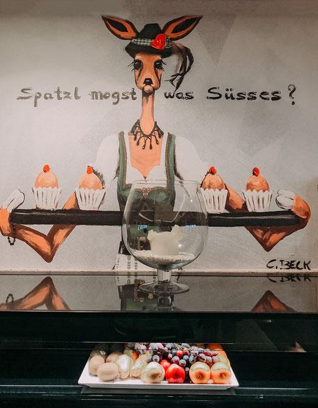 Spatzl magst was Süßes, C.Beck Gemälde am Buffet des Hotel Chalet Mirabell