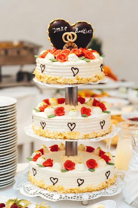 Hochzeitstorte dreistöckig Sahnetorte 3 stöckig Marzipanrose Marzipanrosen Baumkuchen-Herz Schoko-Herz