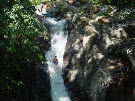 Van watervallen glijden bij Sambangan secret garden