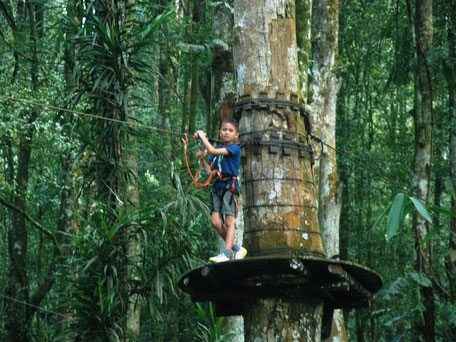 Tokkelen in het Bali Tree Tops Adventure park
