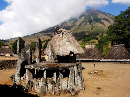 Traditioneel dorpje op de voet van de Inerie vulkaan bij Ruteng Flores
