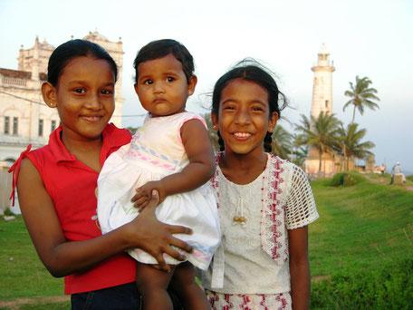 Lachende meisjes in Galle op Sri Lanka
