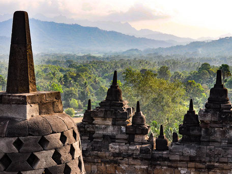 Indrukwekkende Borobudur tempel complex op midden Java