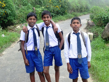 Schooljongens onderweg naar school in Sri Lanka