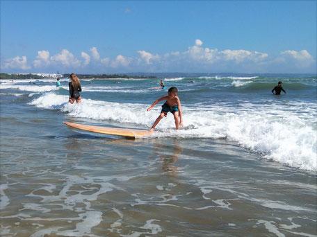Golf surfen in de zee bij Kuta en Legian