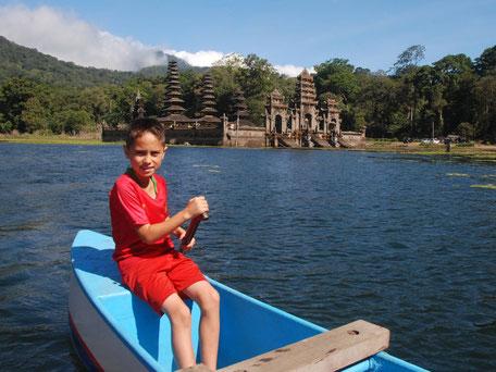 Boottocht op het Tamblingan meer op Bali met uitzicht op de hindoeistische tempel