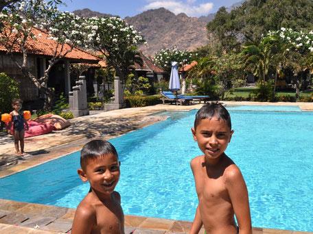 Aangename zwembad van Adi Assri hotel Bali
