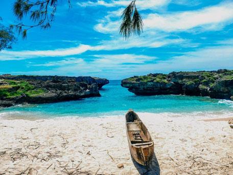 Het witte strand van Mandorak met uitzicht over de turquoise blauwe oceaan