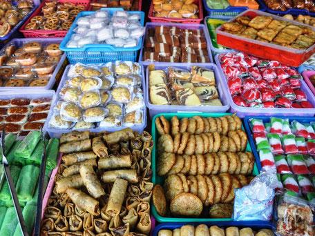 Kleurrijke zoete lekkernijen op een lokale markt in Yogyakarta in Kota Gede