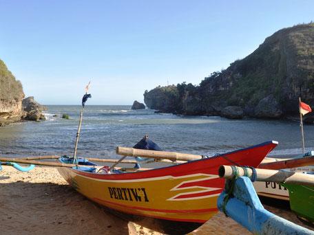 Het mooie strand van Ngenehan ten zuiden van Yogyakarta