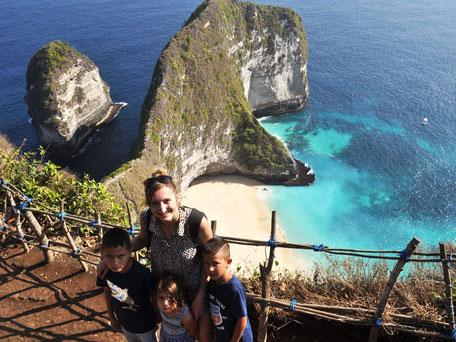 Uitzicht op de T-rex rock bij Kelinkgking beaach op Nusa Penida