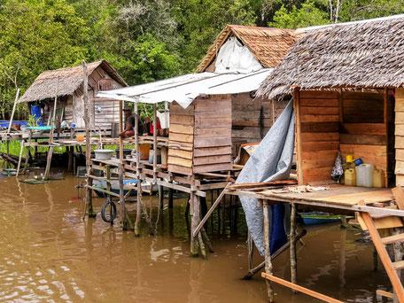 Huizen op palen op het water op Kalimantan