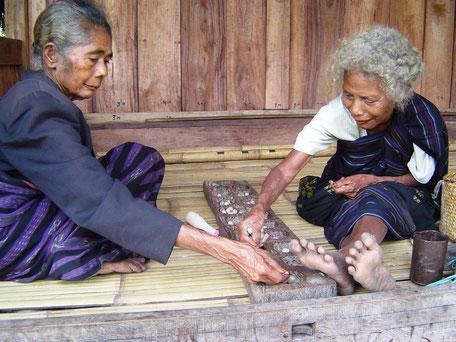 Lokale vrouwen spelen traditioneel spel op Sumba