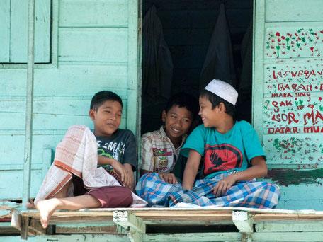 Schoolkinderen in een islamitisch dorpje op Sumatra