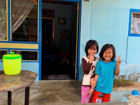 Vrolijk lachende kinderen op de Banda eilanden op de Molukken